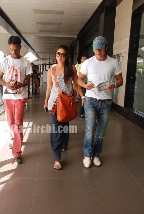 Kareena-Kapoor-and-Saif-Ali-Khan-returns-from-IIFA-to-Mumbai-5.jpg