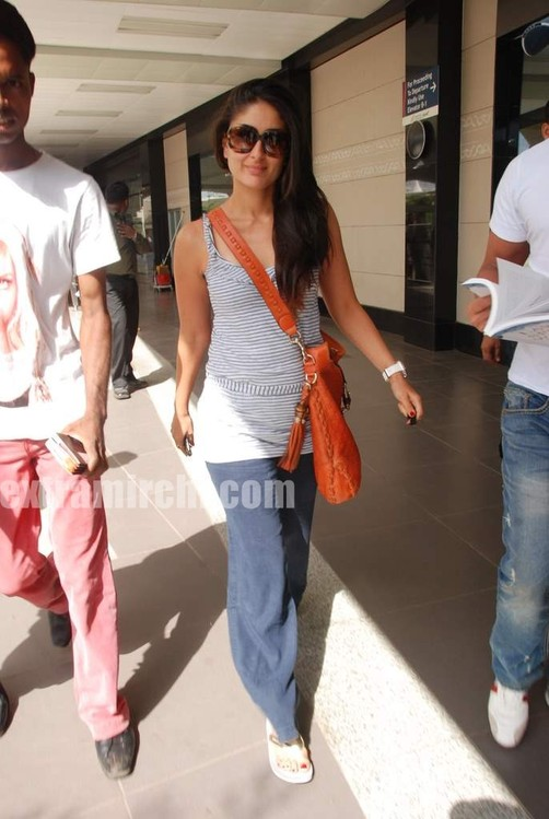 Kareena-Kapoor-and-Saif-Ali-Khan-returns-from-IIFA-to-Mumbai-7.jpg