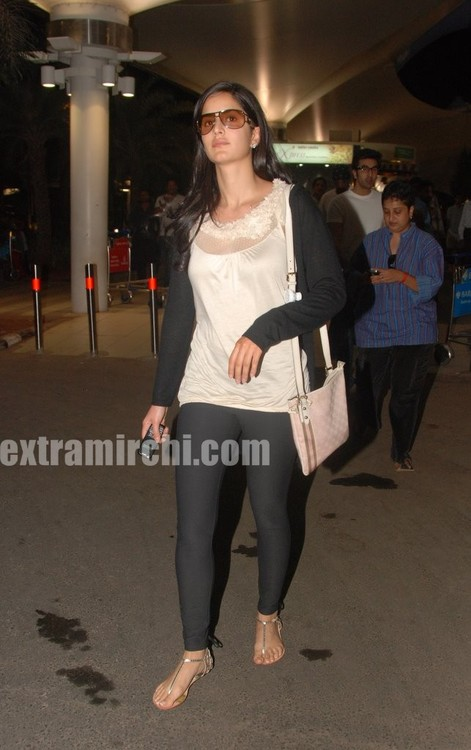 Katrina-Kaif-returns-from-Rajneethi-Dubai-Promotions-14.jpg