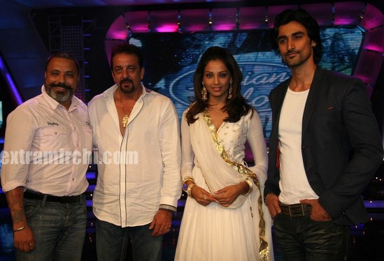 Sanjay-Dutt-and-Bipasha-Basu-at-Indian-Idol-5-1.jpg