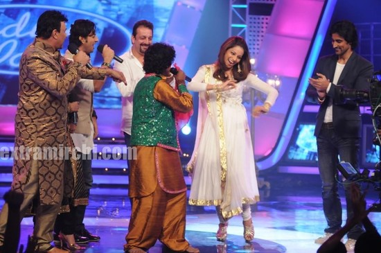 Sanjay-Dutt-and-Bipasha-Basu-at-Indian-Idol-5.jpg