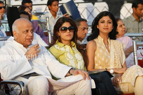 Shilpa-Shetty-and-Shamita-Shetty-at-Sri-Amma-Bhagavan-Mukti-Darshan-10.jpg