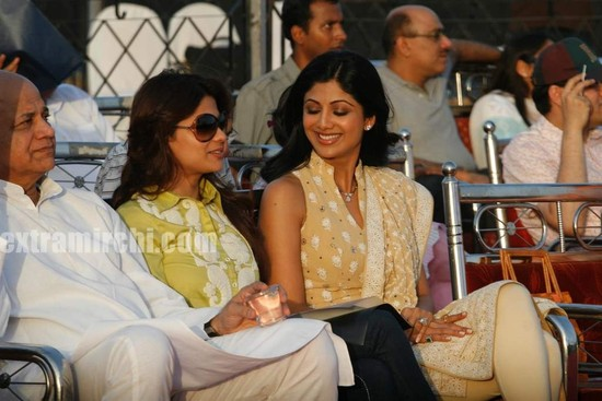 Shilpa-Shetty-and-Shamita-Shetty-at-Sri-Amma-Bhagavan-Mukti-Darshan-8.jpg