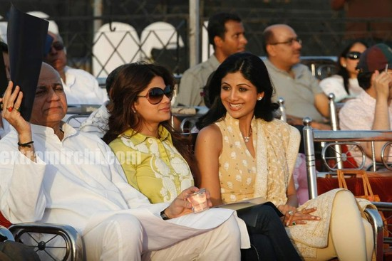 Shilpa-Shetty-and-Shamita-Shetty-at-Sri-Amma-Bhagavan-Mukti-Darshan-9.jpg