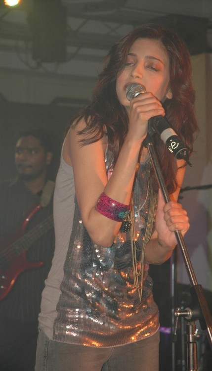 Shruti-Hassa-performs-at-Channel-Ufc-launch.jpg