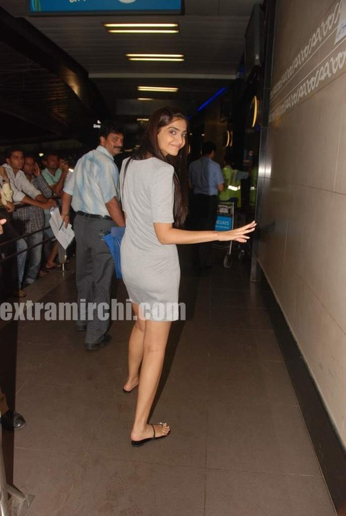 Sonam-Kapoor-at-Fever-FM.jpg