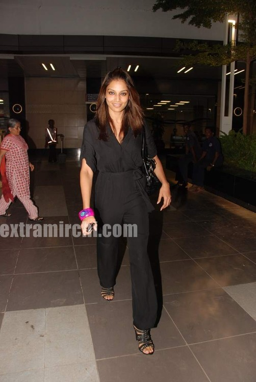 bipasha-basu-returns-from-IIFA-2.jpg