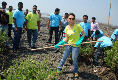 preity-zinta-collects-waste-at-carter-road-seafront.jpg