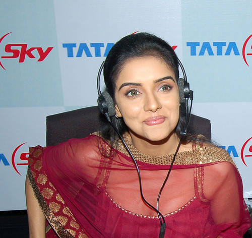 Asin-at-the-Tata-Sky-promotion.jpg