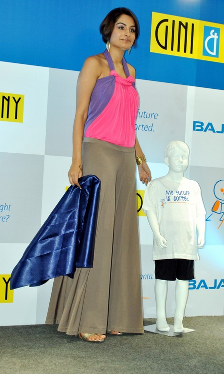 Ekta-Choudhry-at-Gini-Jony-and-Bajaj-Allianz-launch-of-Groovy-T-shirts-2.JPG