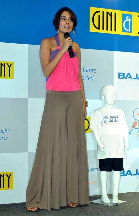 Ekta-Choudhry-at-Gini-Jony-and-Bajaj-Allianz-launch-of-Groovy-T-shirts-3.JPG