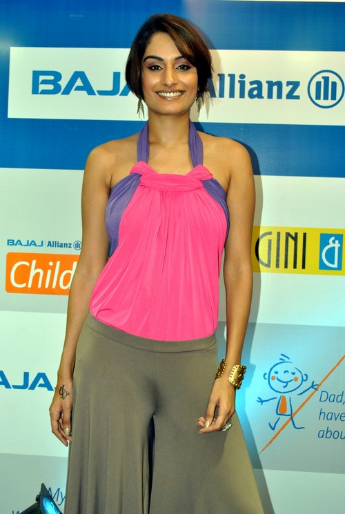Ekta-Choudhry-at-Gini-Jony-and-Bajaj-Allianz-launch-of-Groovy-T-shirts-4.JPG