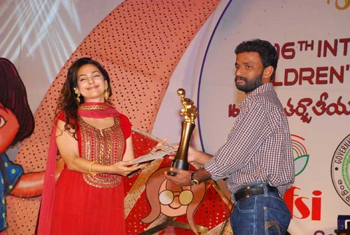 Pasanga-director-Pandiraj-recieves-Golden-Elephant-award-from-Juhi-Chawla.jpg