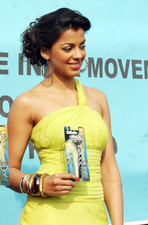 Mugdha-Godse-at-Gillette-Shave-of-shelving-World-Record-With-Over-2000-Men-Chitrakoot-Ground.JPG
