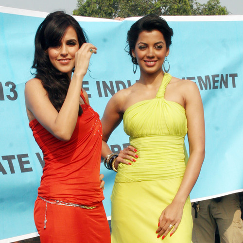 Neha-Dhupia-Mugdha-Godse-at-Gillette-Shave-of-shelving-World-Record-With-Over-2000-Men-Chitrakoot-Ground-2.JPG
