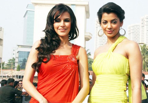 Neha-Dhupia-Mugdha-Godse-at-Gillette-Shave-of-shelving-World-Record-With-Over-2000-Men-Chitrakoot-Ground-3.JPG