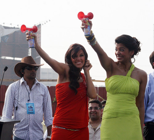 Neha-Dhupia-Mugdha-Godse-at-Gillette-Shave-of-shelving-World-Record-With-Over-2000-Men-Chitrakoot-Ground.JPG