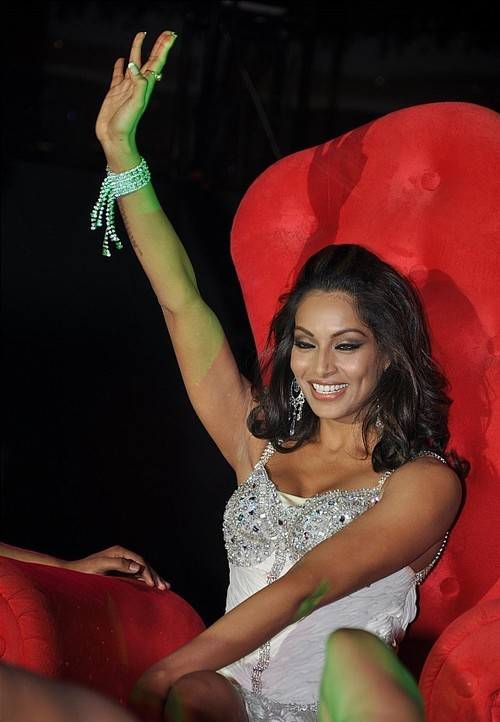 Bipasha-Basu-performs-on-New-Years-Eve-at-Sahara-Star.jpg
