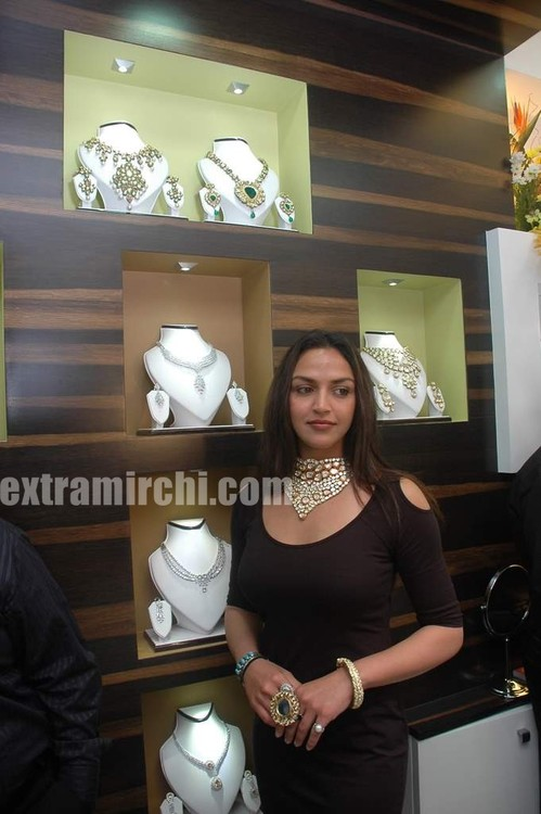 Esha-Deol-at-the-launch-of-Razwada-Jewels-Boutique-in-Bandra-4.jpg