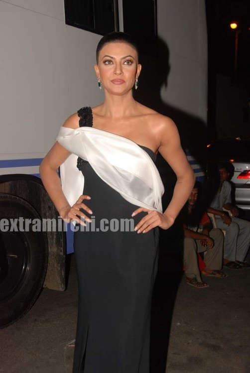 Sushmita-Sen-at-I-AM-She-2010-Miss-Universe-India-Pageant-finals-red-carpet-1.jpg