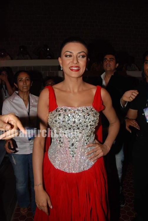 Sushmita-Sen-at-I-AM-She-2010-Miss-Universe-India-Pageant-finals-red-carpet-4.jpg