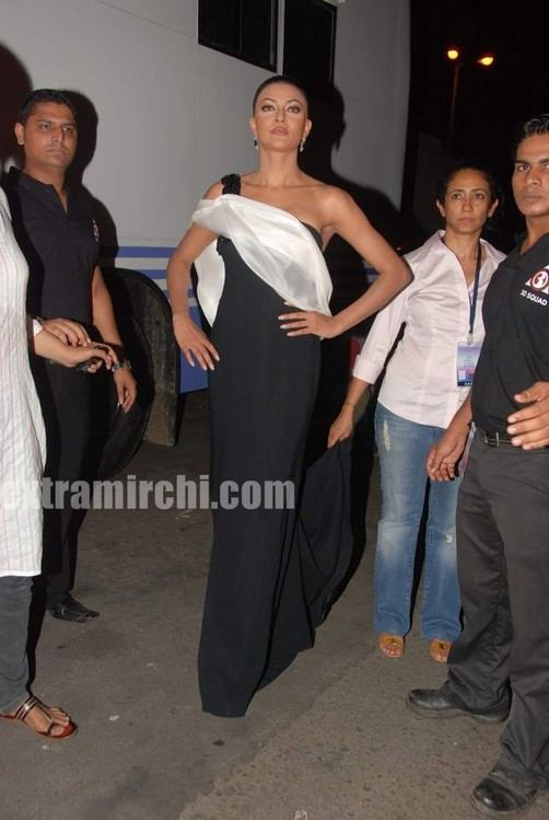 Sushmita-Sen-at-I-AM-She-2010-Miss-Universe-India-Pageant-finals-red-carpet-6.jpg