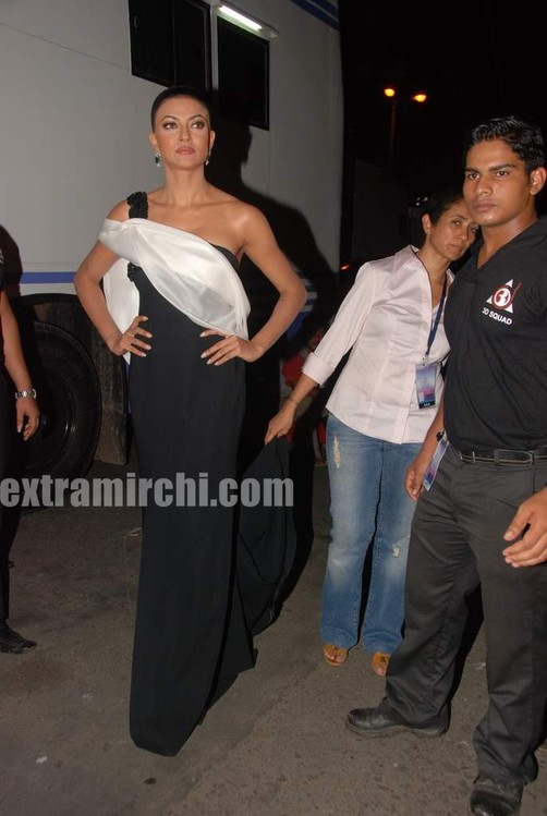 Sushmita-Sen-at-I-AM-She-2010-Miss-Universe-India-Pageant-finals-red-carpet-7.jpg